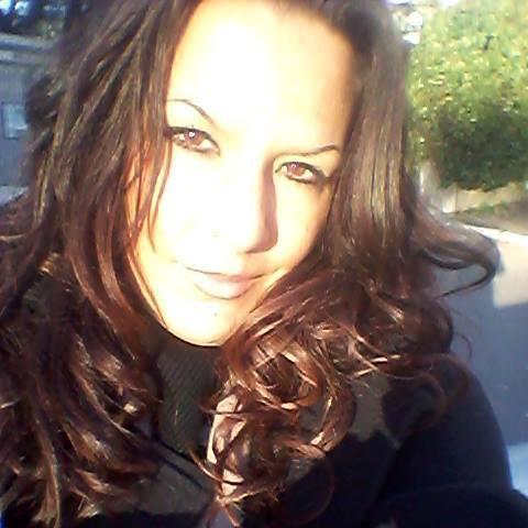 Alexandra jeune femme brune pour vous répondre à toutes vos questions