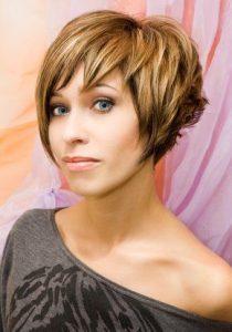 Jeune femme cheveux châtain pour des consultatios de voyance sans support